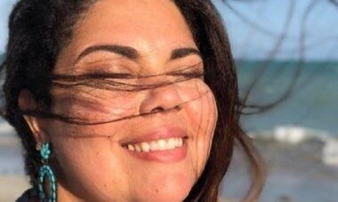 Fabiana Carla posta clique de biquíni e recebe elogios dos fãs