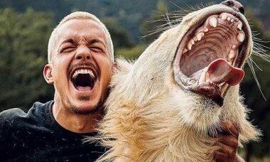Vídeo que mostra amizade entre leão e homem viraliza na web