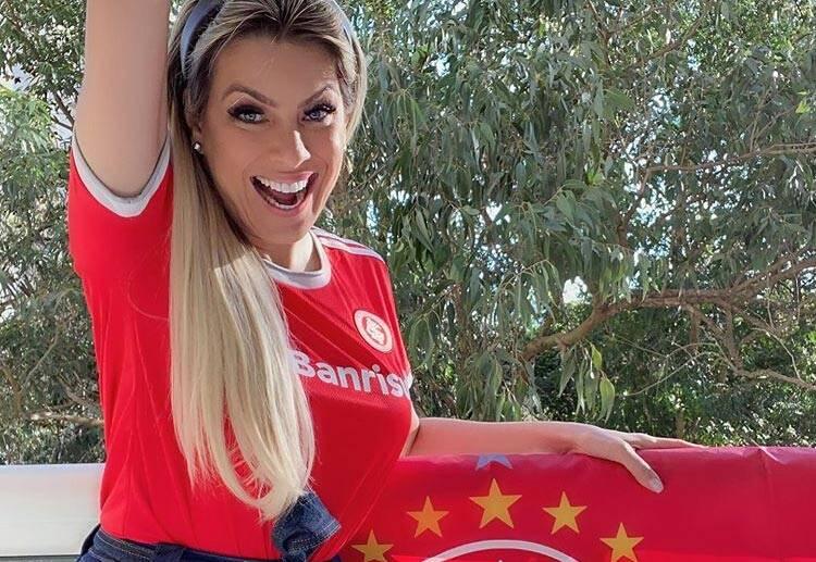 Renata Fan posa com camisa do Inter e dá o que falar na web
