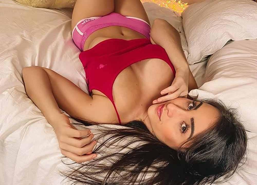 """Márcia Bonde posa na cama e provoca fãs: """"O que enlouquece você?"""""""