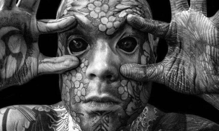 Conheça Sylvain Hélaine, o homem mais tatuado da França, com tinta na língua e até nos olhos. Foto: Instagram