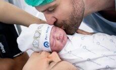Flávia Viana, marido e filho recém nascido