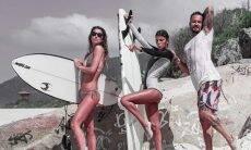 Paulo Vilhene curte dia de praia e muito surfe com namorada e a cunhada gêmea