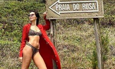 "A atriz Michelle Batista viaja com as amigas e posta foto de biquíni: ""chama no DM"""