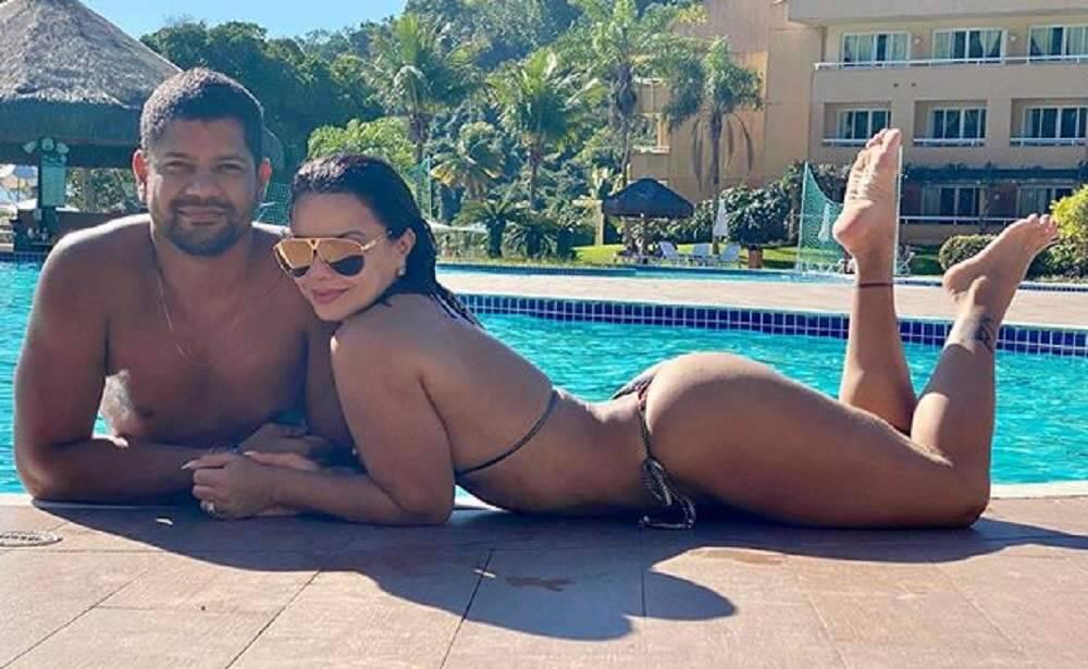 """Viviane Araújo se declara para o namorado à beira da piscina: """"minha vida, meu amor"""""""