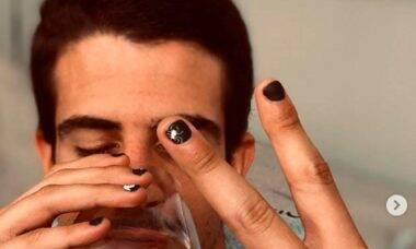 Enzo Celulari exibe as unhas pintadas de preto com temática de Halloween