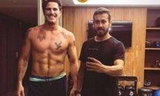 """Rômulo Arantes exibe """"tanquinho"""" e músculos pós pegar pesado no treino"""