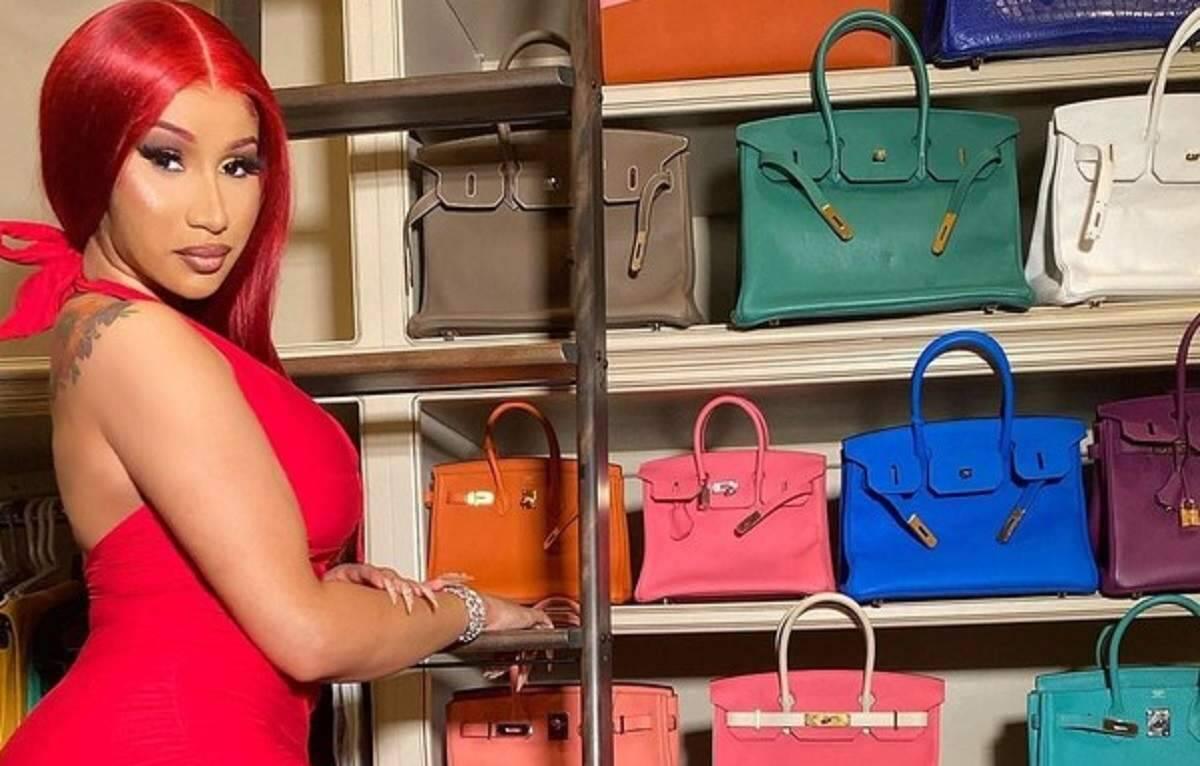 Rapper americana Cardi B mostra coleção de bolsas de grife