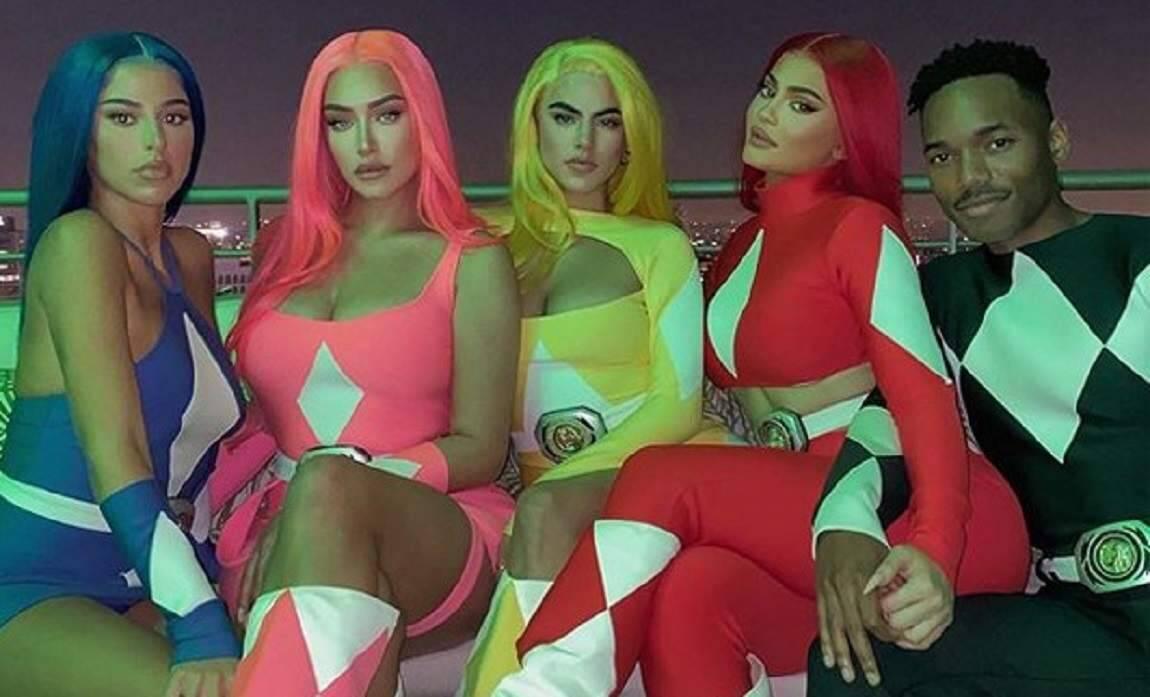 Kylie Jenner aparece com os amigos usando fantasia de Power Rangers para o Halloween