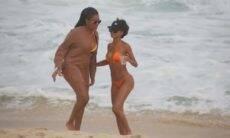 Ludmilla e Brunna Gonçalves curtem passeio na praia e trocam carinhos à beira do mar