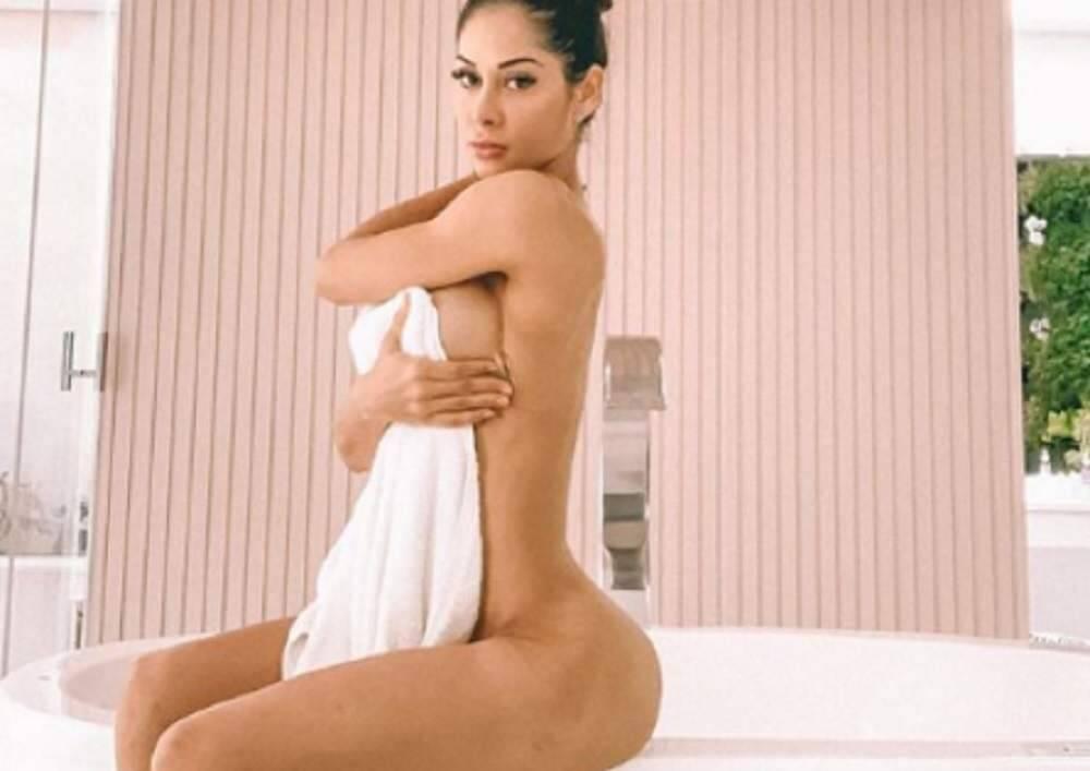 """Mayra Cardi faz ensaio sensual no novo banheiro da sua mansão: """"minha casa nova está dos sonhos"""""""