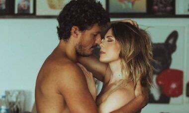 """Sheila Mello posta foto sensual com o namorado, João Souza: """"as vezes tudo se encaixa"""""""