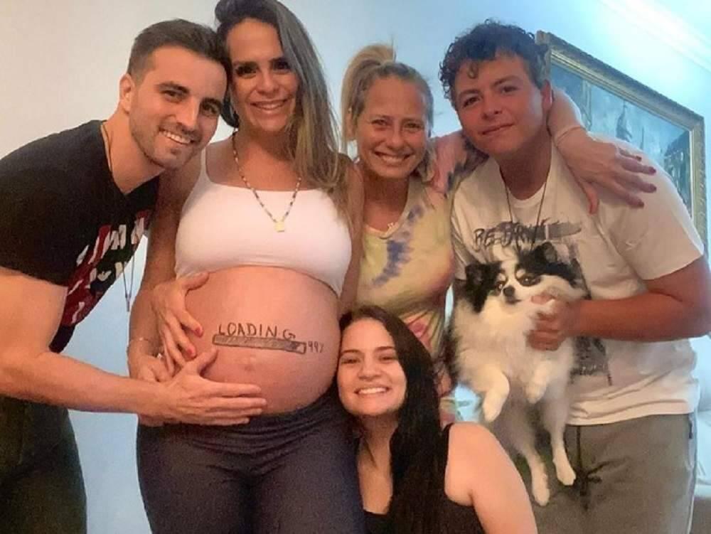 """Aline Lima exibe barriga de 9 meses ao redor da família: """"contagem regressiva"""""""