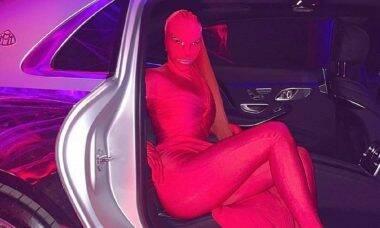 Kim Kardashian usa fantasia criativa, que cobre todo o corpo, no Halloween