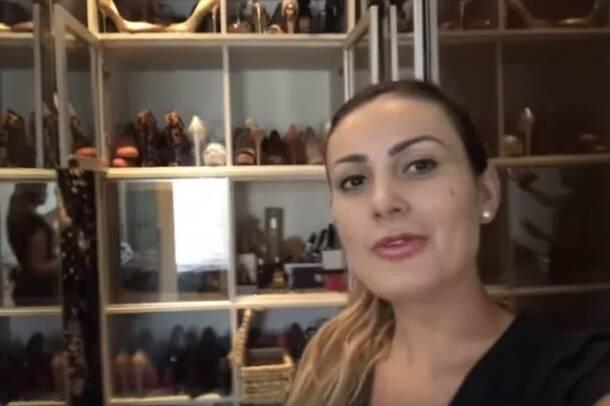 Andressa Urach faz tour pelo closet e mostra coleção de sapatos