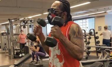 Xande de Pilares anuncia mudança de hábitos e contrata personal trainer
