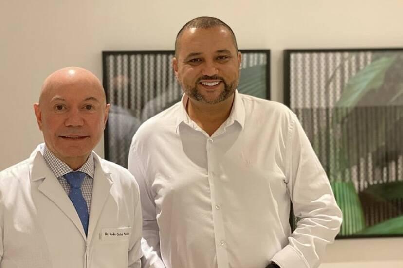 Geraldo Luís passa por transplante capilar feito por um médico... careca?