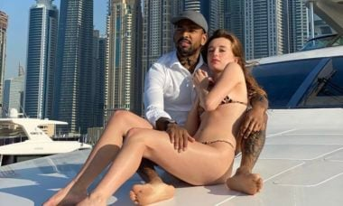 Em Dubai, Nego do Borel e Duda Reis fazem passeio de barco