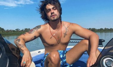 Sem camisa, Luan Santana posa em lancha no Rio Paraguai