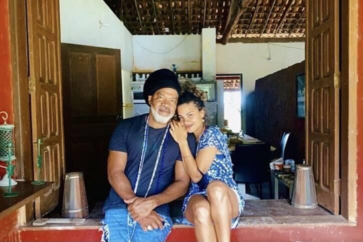 """Carlinhos Brown posta foto com a filha e se declara: """"Honra de ser teu pai"""""""
