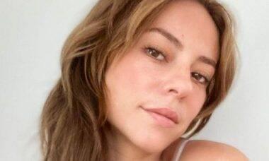 Paolla Oliveira faz selfie a vontade sem maquiagem e de camisola branca