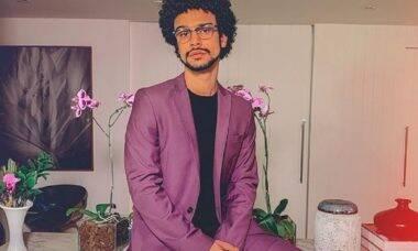 De terno roxo, Sérgio Malheiros surpreende os seguidores com look ousado e criativo