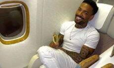 Nego do Borel posa na primeira classe bebendo champanhe em viagem para Dubai e Maldivas