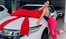 """A ex-BBB, Vivian Amorim celebra a conquista do primeiro carro: """"feliz e grata demais"""""""
