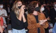 Sasha Meneghel e namorado assistem a peça do padrasto da modelo em São Paulo