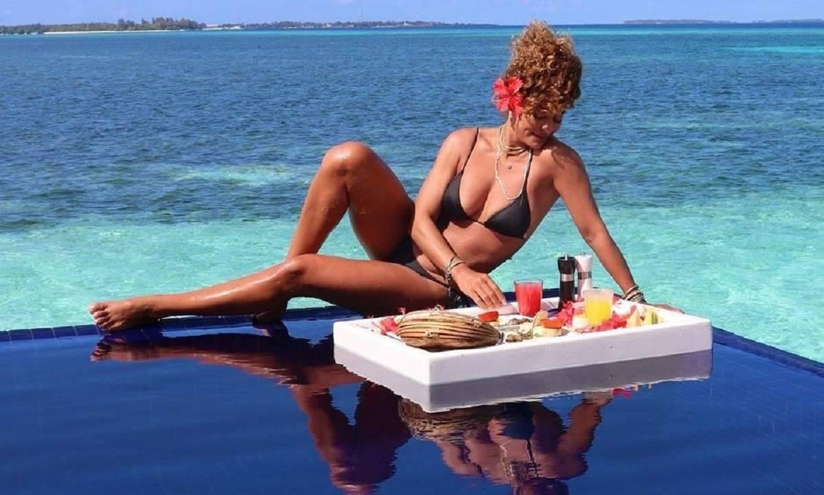 Juliana Paes exibe café da manhã na piscina na sua viagem para as Ilhas Maldivas