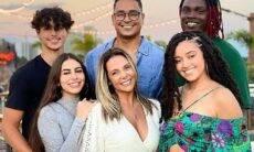 Carla Perez posta cliques da comemoração de seu aniversário ao lado da família