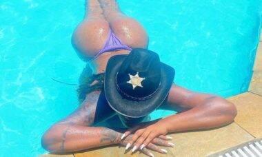 """Ludmilla posa de biquíni na piscina e diz: """"Foca no meu bumbum"""""""