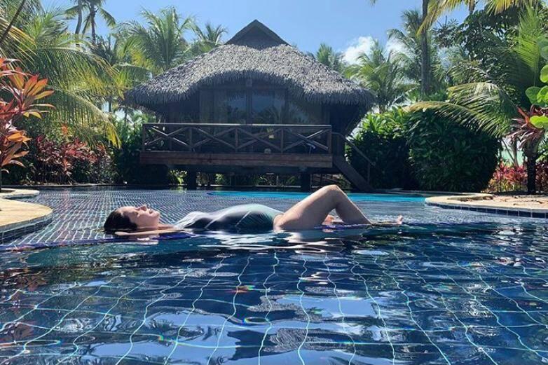 Nathalia Dill exibe barriga de grávida na piscina