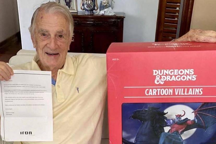 """Orlando Drummond ganha boneco do Vingador do desenho """"Caverna do Dragão"""""""
