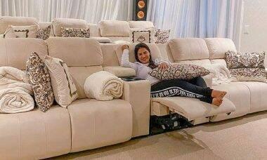 """Simone exibe o conforto da """"sala de cinema"""" de sua nova mansão em Alphaville"""