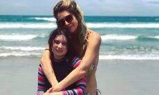 """Leticia Spillar curte dia de sol na praia com a filha: """"o sol voltou e a gente ama"""""""