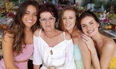 Acompanhada da mãe e irmãs, Camila Queiroz faz tatuagem junto com a família