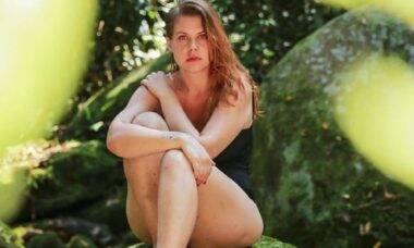 """Carolinie Figueiredo fala sobre aceitação do corpo em clique: """"estou aprendendo a te amar"""""""