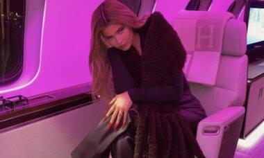 Kylie Jenner posa em jatinho e exibe bolsa de R$ 320 mil