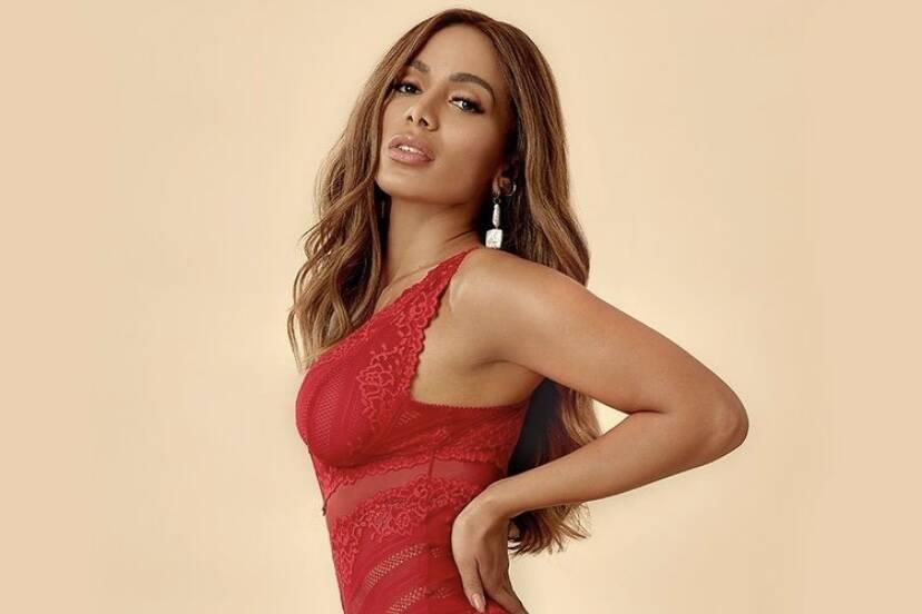 Anitta posa de lingerie em novos cliques para campanha