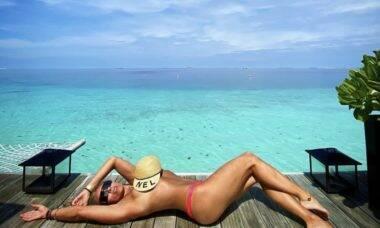 Adriane Galisteu posta clique ousado fazendo topless nas Maldivas