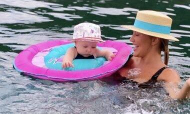 Ana Paula Siebert registra primeiro banho de mar da filha, Vicky