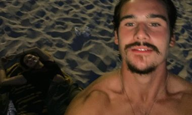 Nicolas Prattes aproveita fenômeno astronômico ao lado da namorada na praia