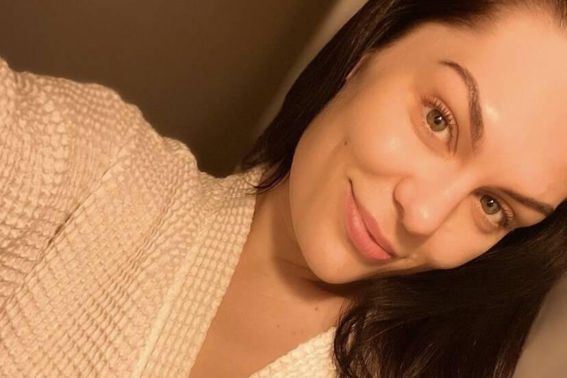 Jessie J revela diagnóstico de Síndrome de Ménière após acordar sem audição