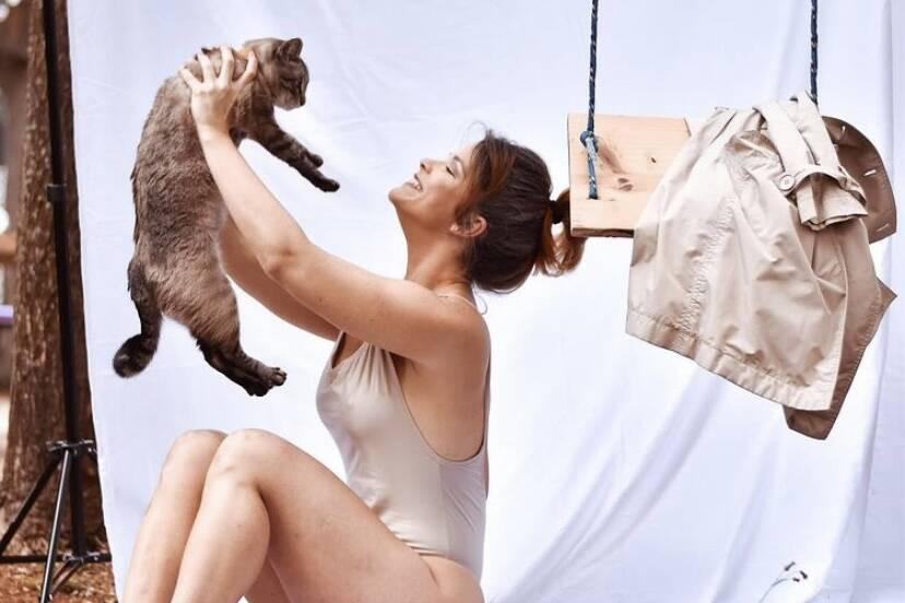 Samara Felippo posta clique de maiô e fala sobre amor aos gatos
