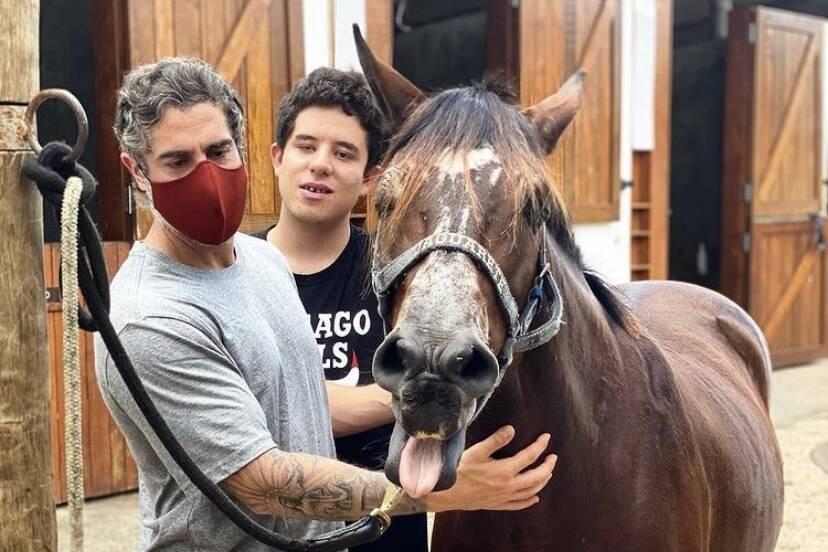 Marcos Mion posta foto com égua para equoterapia do filho, Romeo