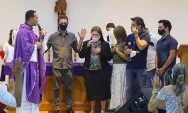 Zezé Di Camargo se emociona durante missa em homenagem ao pai, Seu Francisco