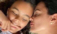 Luciele di Camargo posa com filha e semelhança com ex-jogador Denilson surpreende os fãs