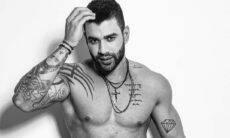 Gusttavo Lima exibe a barriga trincada e os músculos em ensaio sem camisa