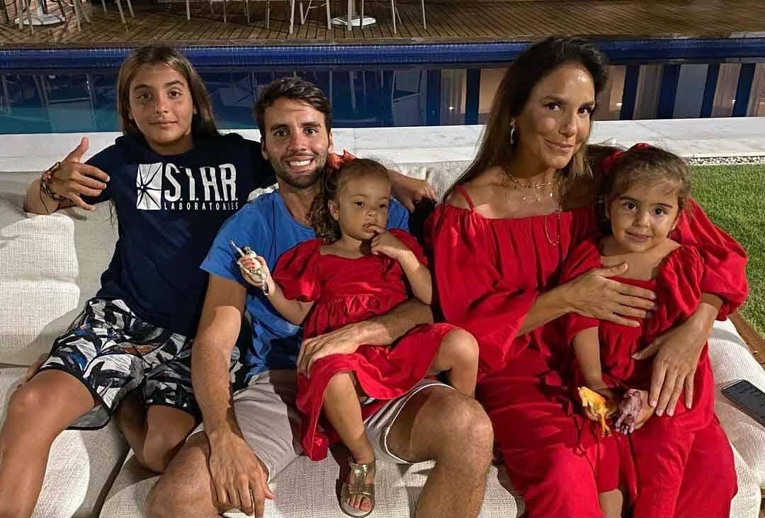 Ivete Sangalo posa  em foto rara e mostra o rosto de suas filhas gêmeas . Foto: Reprodução Instagram